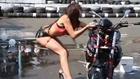 Une fille lave une moto de manière sexy (fail)
